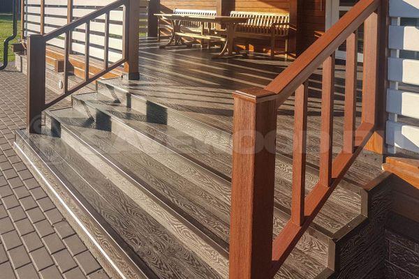 Веранда с лестницей и декоративным ограждением ДПК